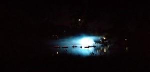 Scheinwerfer über dem See